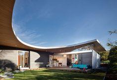 Avocado Acres, il progetto firmato da Lloyd Russell e Steve Hoiles, è una casa con tantissime citazioni, che resta californiana nello spirito