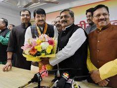 New BJP Delhi President Manoj Tiwari is offered sweets