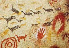 """Pittura rupestre da la """"Cueva di Altamira"""".  E' Altamira quella che Henri Moore chiamò, nel 1934, """"La vera accademia dell'arte rupestre"""", quella che ispirò gli artisti della """"Scuola di Altamira"""", Mirò, Tapies, Millares, Merz o Miquel Barceló, che a riguardo scrisse: """"Quando visitai per la prima volta Altamira, pensai: è stato come tornare all'origine, che è il posto più fertile. Credere che l'Arte si è sviluppata molto da Altamira a Cézanne è una pretesa vana del mondo occidentale""""."""