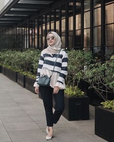 Pin by yoo din on hijab fashion in 2019 Casual Hijab Outfit, Casual Outfits, Fashion Outfits, Ootd Hijab, Casual Hijab Styles, Women's Fashion, Fashion Muslimah, Moslem Fashion, Hijab Chic