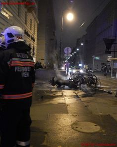 Motorrad fängt nach Zusammenstoß Feuer #feuerwehr #wien #firefighter #vienna