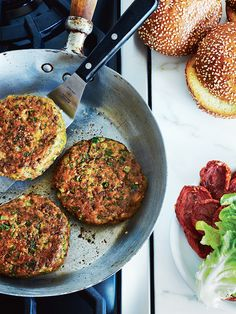 Chickpea falafel burgers in frying pan on stove, studio shot --- Image by © Radius Images/Corbis Batch Cooking, Cooking Recipes, Veggie Recipes, Healthy Recipes, Chickpea Burger, Falafel Burgers, Quick Vegetarian Meals, Vegetarian Lifestyle, Vegan Meals