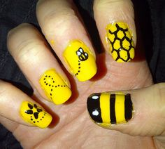 Bee nail art design should be the most popular nail design trend in summer. People who work hard are always praiseworthy. Bees are the symbol of hard work, so do you have a special love for bees? If so, take a look at the 30 cute bee nail art designs Daisy Nail Art, Yellow Nail Art, Daisy Nails, Popular Nail Designs, Cool Nail Designs, Bumble Bee Nails, Bumble Bees, Cute Nails, Pretty Nails