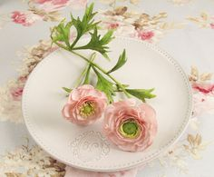 Ranunculus and leaves with 2 types of centres, learnt in a class with Alan Dunn. What a kind man, and soooo talented! Fondant Flowers, Clay Flowers, Paper Flowers, Wild Flowers, Flower Crafts, Flower Art, Cake Decorating Tutorials, Decorating Cakes, Sugar Paste Flowers