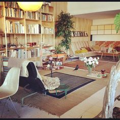 One of the styles that will always remain. Mid Century Decor, Mid Century House, Interior And Exterior, Interior Design, Vintage Interiors, Modern Spaces, Mid Century Modern Design, Midcentury Modern, Bauhaus