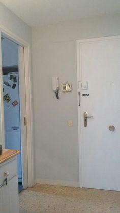 Porta de fusta fosca pintada blanca amb chalck pai t