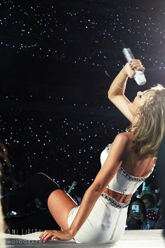 Taylor performing AYHTDWS during the 1989 World Tour in Philly Night 2 on 6.13.15