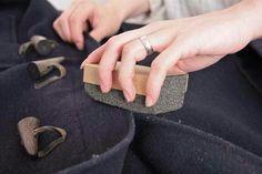 Usa la piedra pómez para quitar las pelusas de los abrigos