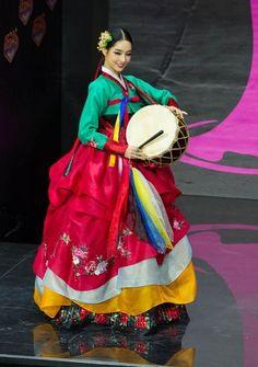 Hanbok, Korean Traditional Dress Miss Korea 2013 Traditional splendor in a sea of ridiculous costumes Korean Traditional Clothes, Traditional Fashion, Traditional Dresses, Korean Hanbok, Korean Dress, Korean Outfits, Miss Universe National Costume, Folk Costume, Costumes