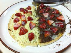Pizza doce chocolate branco & preto e morango (nham)