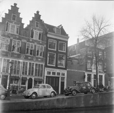 1961. Bloemgracht 93 in Amsterdam. Parked on the canal (from left to right) a VW Kever (DG-19-85) and a Citroën 11 BL Sport (ND-00-26). Photo Rijksdienst voor het Cultureel Erfgoed / G. J. Dukker. #amsterdam #1961 #bloemgracht