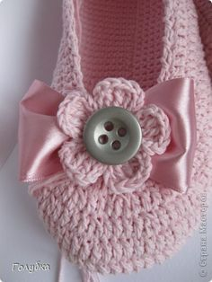 These #crochet slippers are adorable. Symbol chart and photos.