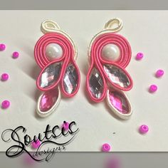 No hay descripción de la foto disponible. Soutache Pattern, Soutache Tutorial, Paper Quilling Earrings, Soutache Earrings, Thread Jewellery, Button Crafts, Bracelet Tutorial, Shibori, Beaded Embroidery