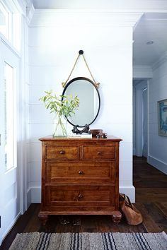 Your Cottage Style: 25 Beachy Spaces With Coastal Charm To boost charm and functionality in the cottage entryway, designer Cameron MacNeil chose a vintage dresser for storage instead of a built-in unit. A rope-hung mirror is a subtle nautical touch. Beach Cottage Style, Beach House Decor, Home Decor, Cottage Style Doors, Home Design, Interior Design, Design Ideas, Vaisseliers Vintage, Vintage Nautical
