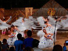 Tanečnice z Taiwanského souboru na Mezinárodním folklórním festivalu v Červeném Kostelci (Czechia)