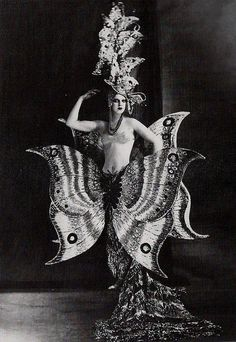 Folies Bergere, The Folies Bergère is a cabaret music hall, located in Paris, France. Established in the house was at the height of its fame and popularity from the Belle Époque through the Années folles. Burlesque Vintage, Vintage Circus, Cabaret, Belle Epoque, Vintage Photographs, Vintage Images, 1920s Photos, Costume Papillon, Finger