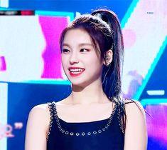 Yeji from iTZY pre-debut pic Kpop Girl Groups, Korean Girl Groups, Kpop Girls, Drama Korea, Korean Drama, K Pop, Moss Fashion, Korea Fashion, Runway Fashion