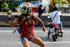 La foto simbolo: la Wonder Woman dei manifestanti anti-Maduro