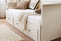 Ikea Hemnes Day Bed I REALLY want this, drawers for storage and the side pulls out to form a sleepover/guest bed! Ikea Hemnes Daybed, Hemnes Day Bed, Ikea Beds, Day Bed Ikea, Ikea Guest Bed, Deco Studio, Diy Zimmer, Guest Room Office, Guest Rooms