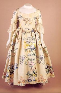 Children's clothes: child's dress, silk brocade, about Fashion - Walker Art Gallery, Liverpool museums 18th Century Dress, 18th Century Clothing, 18th Century Fashion, Trend Fashion, Moda Fashion, 50 Fashion, Fashion Check, Vintage Outfits, Vintage Dresses