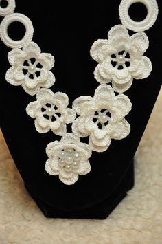 Collar de ganchillo con flores punto joyería blanco con