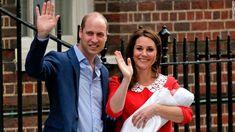 O príncipe William e Kate, a duquesa de Cambridge, acenam enquanto seguram o filho recém-nascido.