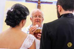 """""""Isto é o meu corpo, que será entregue por vós; fazei isto em memória de Mim""""  #bodas #bride2015 #brprofessionalphotographers #casamentosp #fotografiascriativas #fotojornalismo #fotojornalismodecasamentosp #fotoscriativas #grooms #matrimonio #noivas2015 #novias2015 #sergiogaeta #wedding #weddingbrasi l#casamento #casorioalineejonas #espontanea #hostia #love #padre #cerimonia"""