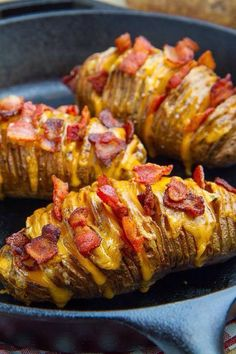 Fully Loaded Hasselback Potatoes - First you have to wash the potatoes. In the next step you have to cut the potatoes as described in - Batatas Hasselback, Hasselback Potatoes, Potato Dishes, Potato Recipes, Food Dishes, Baked Potato Slices, Loaded Baked Potatoes, Sliced Potatoes, Side Dishes