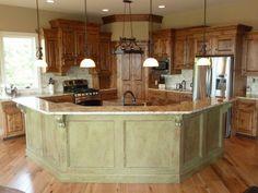 Küche mit kochinsel im landhausstil  küche-und-esszimmer-im-landhausstil - mit schlichter beleuchtung ...
