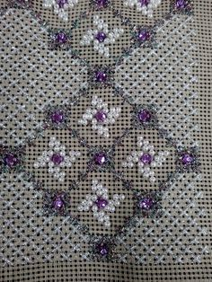 Περλες και γεωμετρια.Δια χειρός Ζωής. Απο το Μαντουδι.Οι περλιτσες γι αυτο το κεντημα ειναι με το κιλο.Παιρνετε οσο χρειαζεστε.Ενα σακουλακι εχει 1500 περλιτσες περιπου και στοιχιζει 5.50 ευρω. Beaded Embroidery, Cross Stitch Embroidery, Embroidery Designs, Needlepoint Stitches, Needlework, Stitch Design, Loom Knitting, Beading Patterns, Blackwork