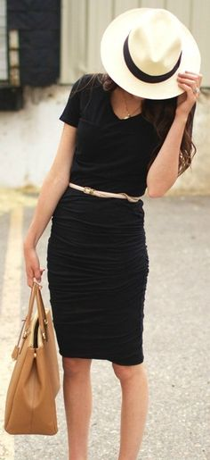 Vestido basico negro + un accesorio como un sombrero o cinturón, para un look chic y casual para un Viernes de trabajo :)