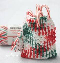 If you jumped on the planned color pooling trend this year, you may be a little tired of making scarves… but don't worry, I have another project idea for you! With Bernat Handicrafter Holidays yarn yo
