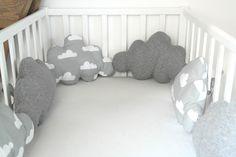 Un peu de rêve pour ce tour de lit en forme de nuage, dans les tons gris et blanc