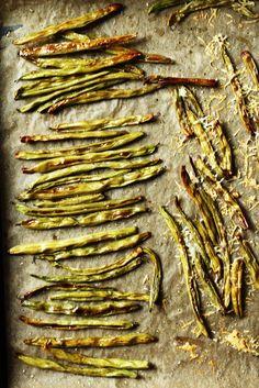 Gemüse-Phobie? Die ist ab sofort vorbei! Grüne Fritten aus Buschbohnen lassen jegliche Feindseligkeiten im Nu vergessen. Knusprig wie Pommes werden die frischen Bohnen im Backofen in nur wenigen Minuten. Vorsicht: Lieblingsspeisen-Potential bei kleinen und großen Kindern.  Bohnen haben zwei Ernte-Phasen, zunächst als frisches Gemüse