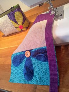 Liv i hus: Ny toalettmappe - med gratis oppskrift! A new pouch - with tutorial, for free! Sewing Projects For Beginners, Sewing Tutorials, Zipper Pouch Tutorial, Patchwork Bags, Zipper Bags, Small Bags, Handmade Bags, Clutch Bag, Pattern