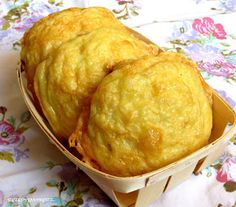 Frisch gebackene Brötchen am Morgen sind einfach herrlich.   Diese Käsebrötchen hier sind luftig, saftig mit einer krossen Käsekruste.   ...