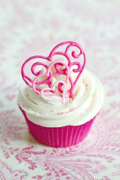 cupcake san valentino White frosting and pink hearts. Valentines day cupcake