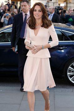 """Herzogin Kate wird """"Vogue""""-Titelmodell: Sie ziert das Cover der britischen Juni-Ausgabe 2016. Vorab schaute sie sich in der National Portrait Gallery in London schon einmal die Strecke zum Titel an - wie immer tadellos gedresst, dieses Mal in Alexander McQueen."""