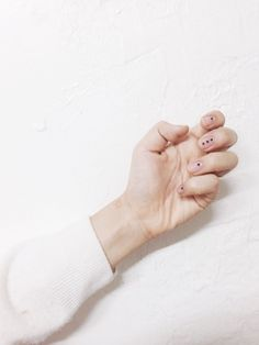 Minimalist Dots| 9 Minimalist Nail Art Designs For Spring, check it out at http://makeuptutorials.com/minimalist-nail-art-makeup-tutorials