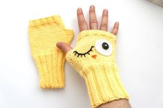 There is 0 tip to buy gloves, winter accessories yellow, fashion, fingerless gloves. Help by posting a tip if you know where to get one of these clothes. Crochet Wallet, Diy Crochet And Knitting, Crochet Hats, Fingerless Mittens, Knit Mittens, Knitted Gloves, Crochet Gloves Pattern, Knitting Patterns, Crochet Patterns