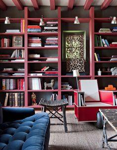 Un plafond aux poutres marsala commes la bibliothèque pour un rendu géométrique - Un plafond en couleur pour réveiller une pièce - Elle Décoration