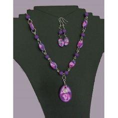 Ketting van paarse kralen en elementen