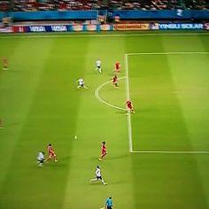 El GOLAZO anotado por Benzema que no validó el árbitro principal, había pitado el final del partido http://vine.co/v/MTXqTXAaEOT  [Vía @BR_UK]
