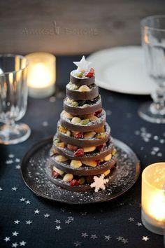 Voici un petit sapin réalisé en chocolat et fruits secs, parfait pour un centre de table ou pour faire un cadeau gourmand pour Noël. J'ai vu ce genre de sapin chez mon boulanger et j'ai trouvé que c'était facile à réaliser..............mais c'est pas...