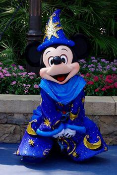 Mickey Mouse Paris or hong kong Disney Pixar, Walt Disney, Disney Mickey Mouse, Disney Magic, Disney Parks, Mickey Mouse E Amigos, Disney Nerd, Mickey Mouse And Friends, Orlando Disney