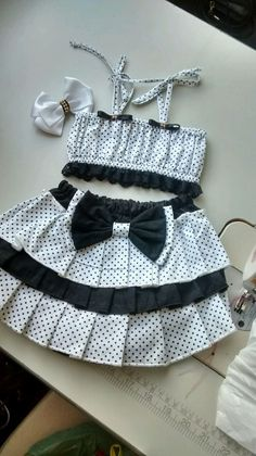Tecido tricoline, liso ou estampado a gosto do cliente Little Girl Outfits, Toddler Girl Outfits, Baby Girl Dresses, Kids Outfits, Kids Frocks Design, Baby Frocks Designs, Kids Fashion Wear, Baby Girl Fashion, African Fashion Skirts