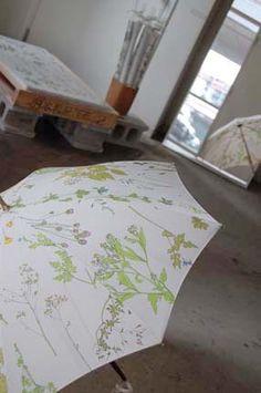 イイダ傘店 白地に繊細な草花柄、お気に入りの雨傘