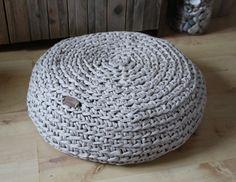 """DIY Projekt häkeln mit Textilgarn hier ein Beispiel aus dem Anleitungsheft: """"Häkelteppiche & Bodenkissen"""" weitere Beispiele findet hier in unserem Blog oder im Shop"""
