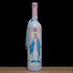 Garrafa decorada Nossa Senhora das Graça Recycled Glass Bottles, Glass Bottle Crafts, Wine Bottle Art, Painted Wine Bottles, Lighted Wine Bottles, Bottle Lights, Oil Bottle, Bottles And Jars, Glass Jars