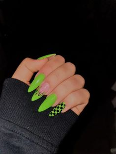 Awesome Acrylic Coffin Nails Designs im Sommer 8 - . - Awesome Acryl Sarg Nägel Designs im Sommer 8 – … – – - Edgy Nails, Aycrlic Nails, Neon Nails, Stylish Nails, Neon Green Nails, Gold Nails, Grunge Nails, Glitter Nails, Stiletto Nails